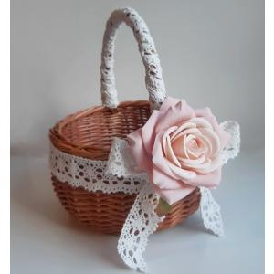 Kreemikasroosa roosiga lilleneiu korv