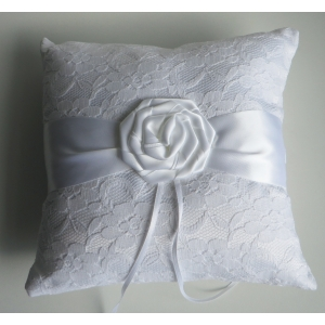 valge roosiga sõrmusepadi